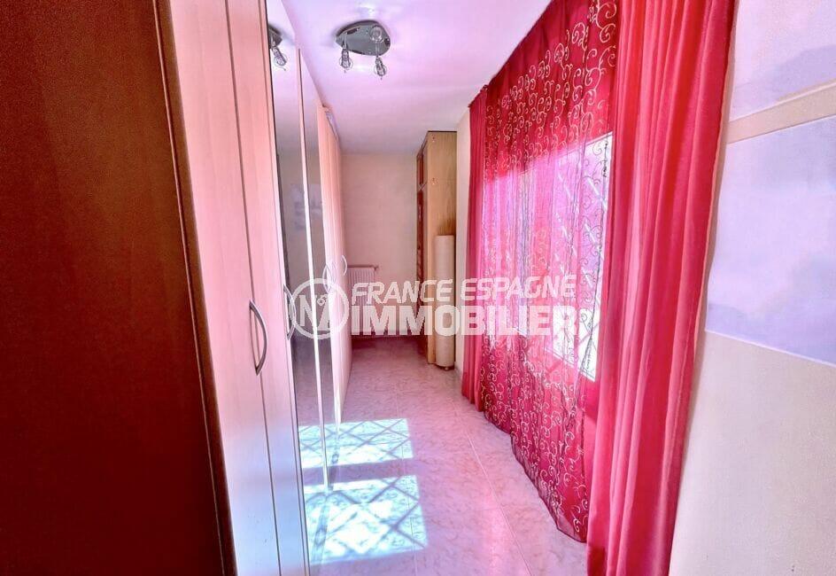 immo center roses: villa 136 m², dégagement à l'étage avec grande armoire / penderie