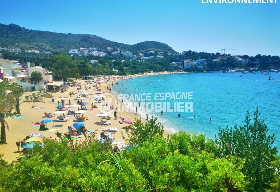 la plage ensoleillée de roses avec son sable fin et ses eaux peu profondes