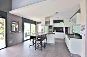 vente maison costa brava, 215 m² avec piscine, cuisine moderne aménagée et équipée