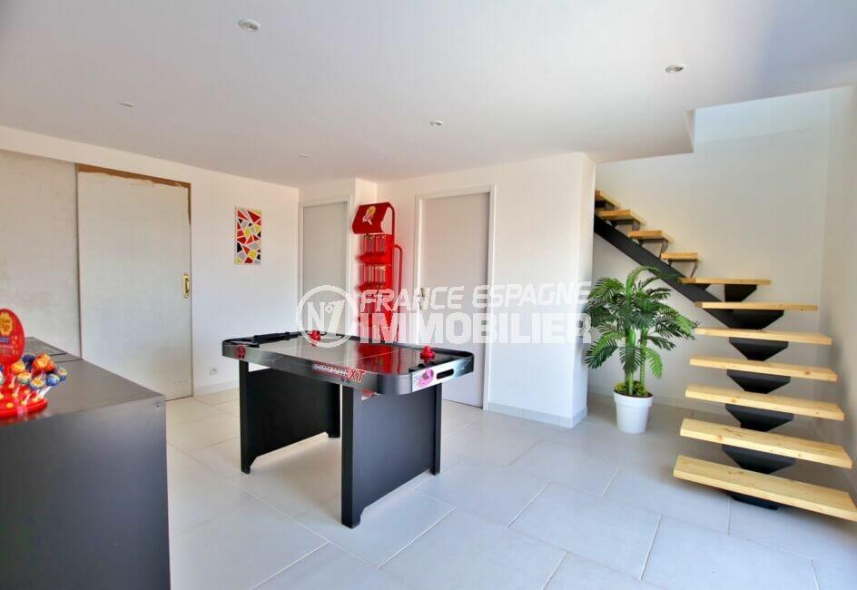 achat maison rosas, 250 m² 5 chambres, salle de jeu et escalier menant à l'étage