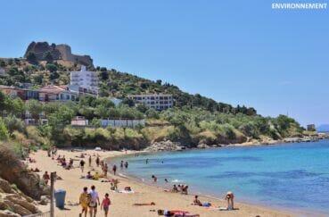 la plage ensoleillée avec sa vue sur la citadelle de roses, monument historique