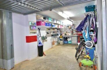 vente immobilier rosas espagne: box fermé en sous-sol de 31 m² avec nombreuses étagères de rangement