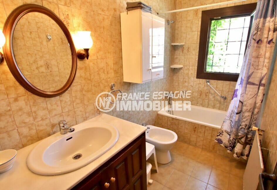costabrava immo: villa 4 chambres 165 m², première salle de bains avec vasque et bidet