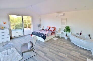 achat maison roses espagne, 250 m² , 1° chambre avec baignoire en coin et terrasse