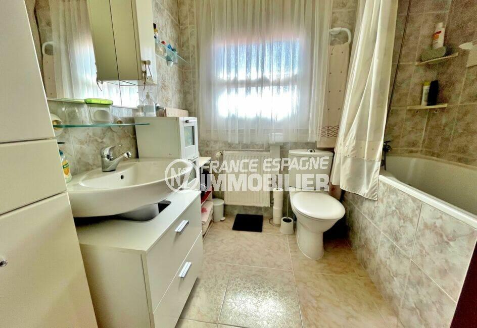 achat maison costa brava bord de mer, 136 m² avec 4 chambres, salle de bain avec baignoire et wc