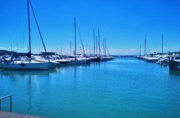 somptueux bateaux à voiles ou à moteur amarrés sur le port de plaisance à roses