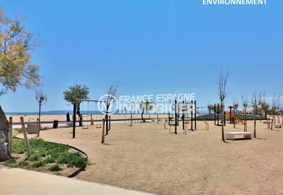 acheter maison espagne costa brava, aire de jeu le long de la longue plage d'empuriabrava aux alentours