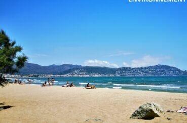 vue sur la plage dans la baie de roses avec le puig rom en arrière plan