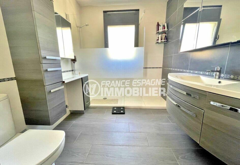 acheter maison espagne costa brava, 215 m² avec piscine, salle d'eau avec une grande douche, wc