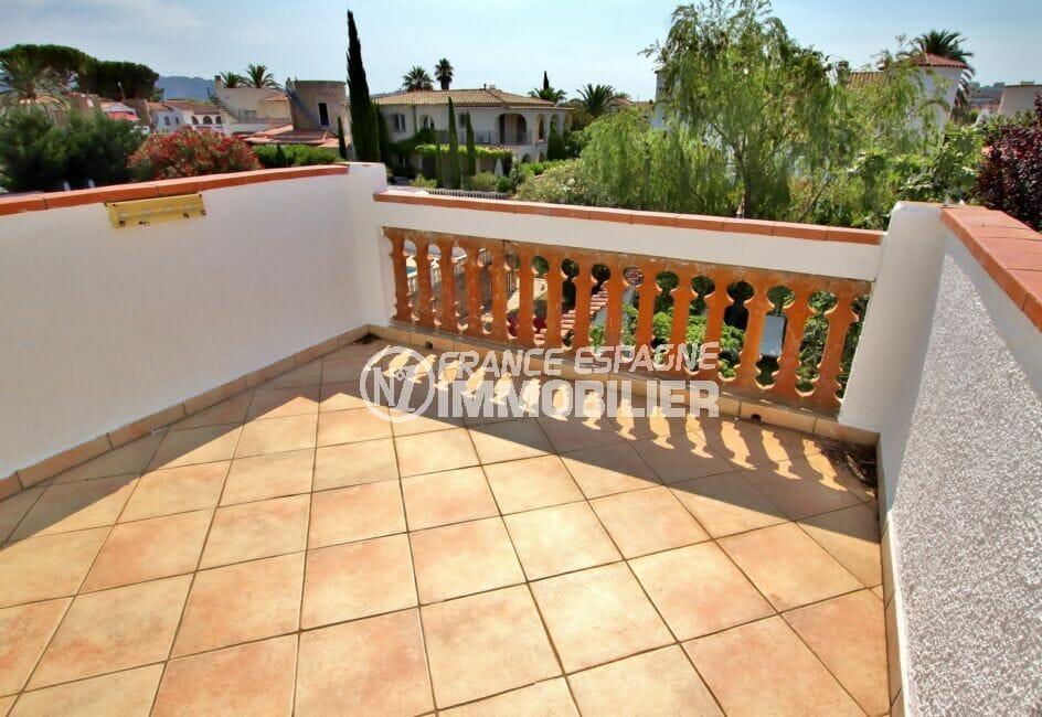 maison espagne costa brava a vendre, 4 chambres 165 m², terrasse à l'étage sur jardin / canal