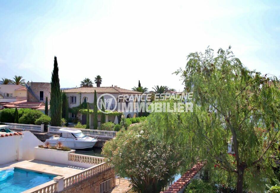 costa brava house: villa 165 m², terrasse à l'étage vue sur le voisinage et le canal