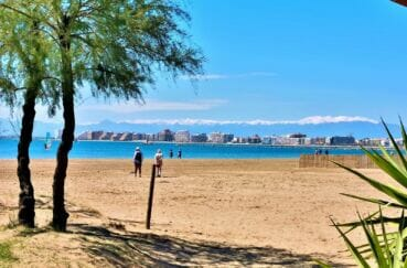 la grande plage sur la baie de rosas, avec ses boutiques et restaurant tout le long
