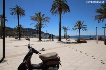 promenade le long de la plage sur la rambla de roses, nombreux restaurants et commerces