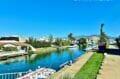 promenade le long d'un canal d'empuriabrava, avec boutiques et restaurants aux alentours