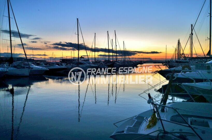 nombreux bateaux amarrés dans le port de roses au coucher du soleil