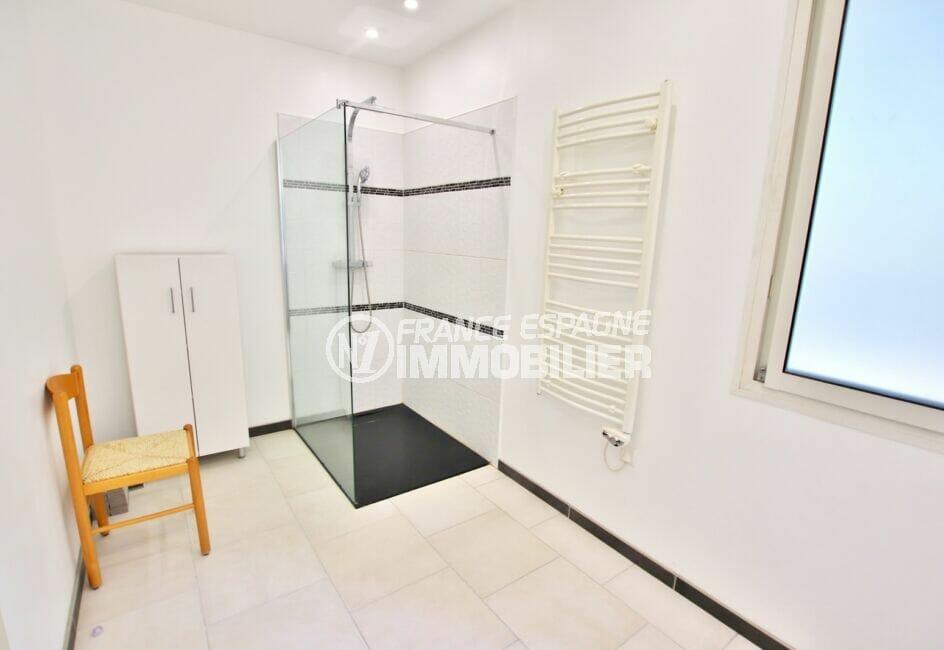 immocenter roses: villa 250 m² 5 chambres, salle d'eau avec douche moderne