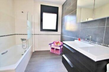 vente maison espagne costa brava, 215 m² avec piscine, salle de bain avec baignoire