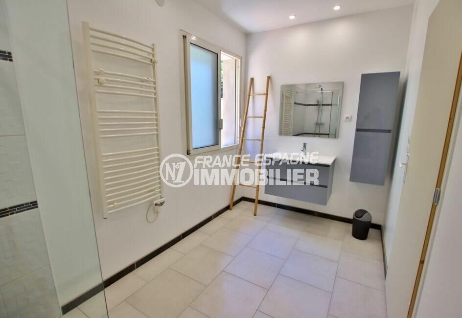 achat maison costa brava bord de mer, 250 m² 5 chambres, salle d'eau moderne avec douche