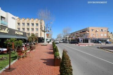 commerces et restaurants à l'approche du centre ville d'empuriabrava