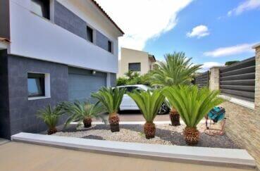 maison à vendre en espagne costa brava, 215 m² sur terrain de 800 m², allée avec palmiers côté garage