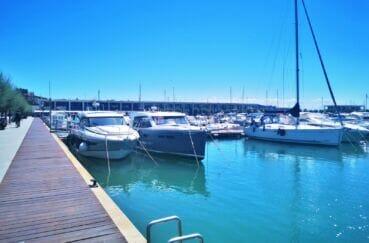 promenade le long du port de plaisance, superbes bateaux à voile ou à moteurs amarrés