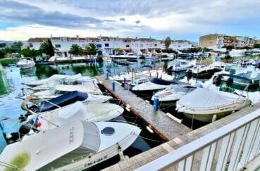 agence empuriabrava: appartement 40 m² rénové et équipé, vue marina avec possibilité amarre, proche plage et commerces