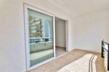 immo roses: appartement 2 pièces 47 m², terrasse couverte 8 m² petite vue mer