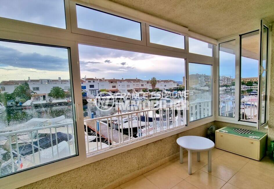 appartement empuria brava, 40 m² avec amarre, salon avec vue marina