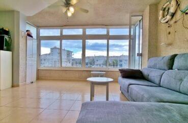 appartement a vendre empuriabrava, 40 m² avec amarre, salon avec joli lustre ventilateur