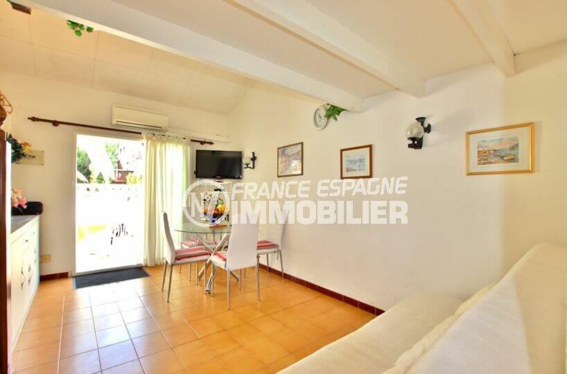 achat maison roses espagne, 3 chambres 55 m², séjour salon donnant sur le jardin