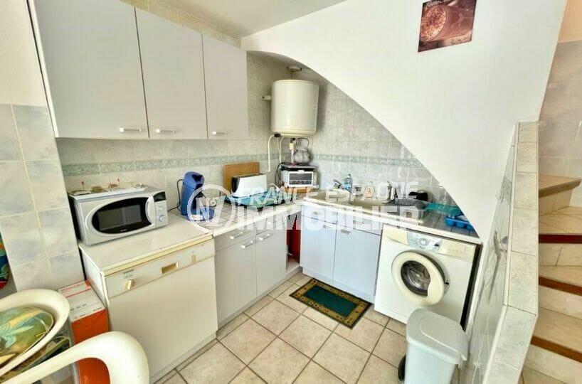 maison a vendre a empuriabrava, 2 chambres 46 m², coin cuisine et escalier vers les chambres
