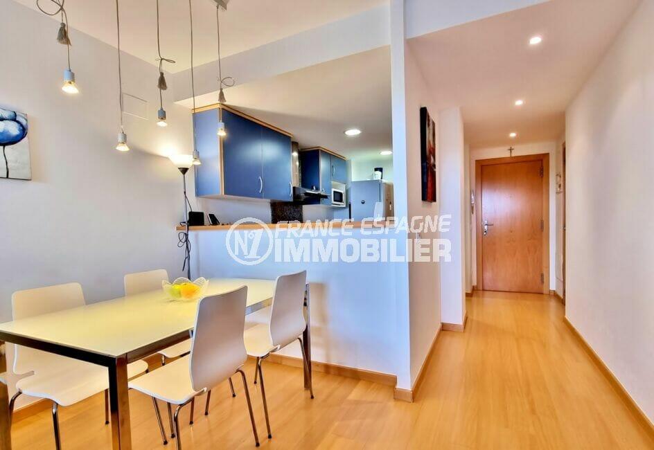 appartement à vendre à rosas espagne, 2 chambres 81 m², hall d'entrée cuisine américaine et salle à manger