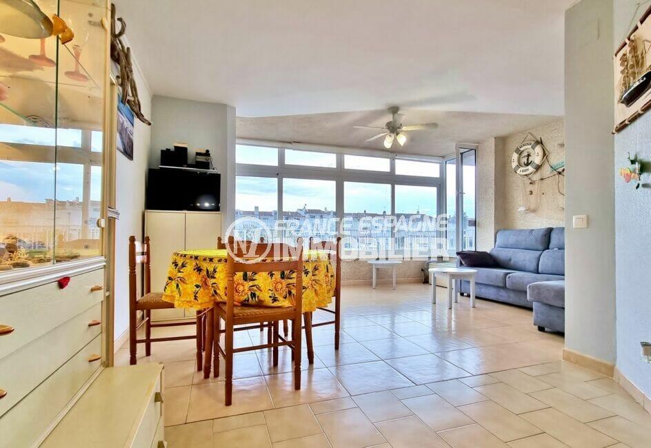 vente appartement empuriabrava, 40 m² avec amarre, salon avec son coin salle à manger, table et chaises