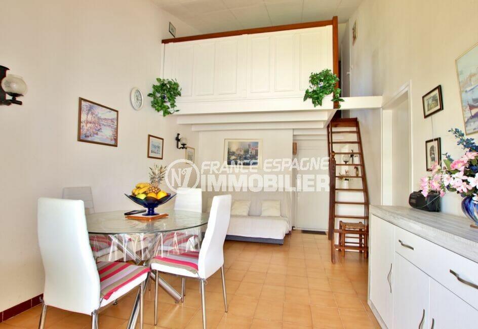 vente maison rosas espagne, 3 chambres 55 m², pièce à vivre avec escalier vers les chambres