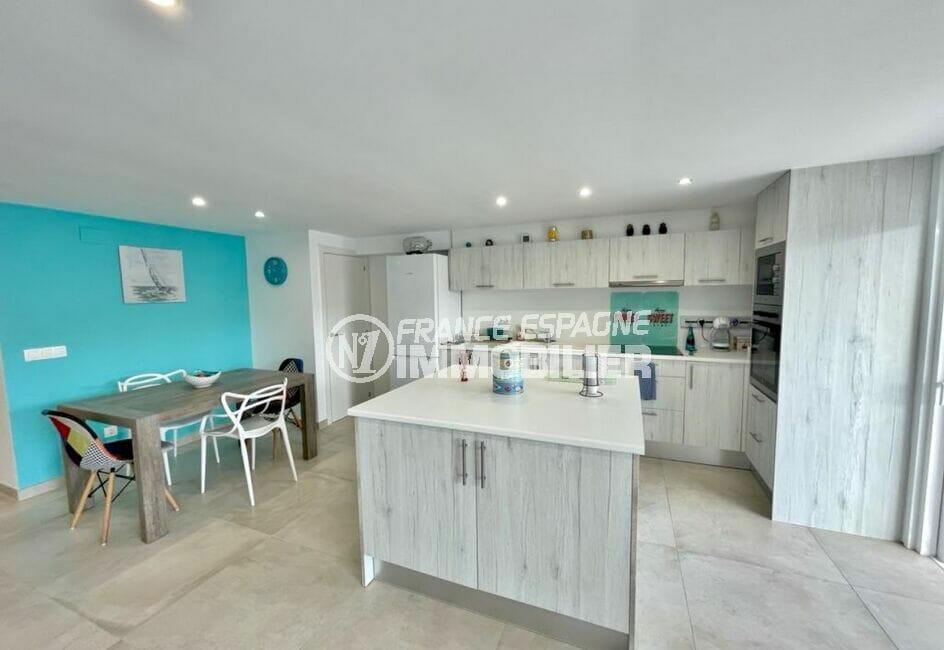 achat appartement empuriabrava, rénové 2 chambres 53 m², pièce principale avec cuisine américaine