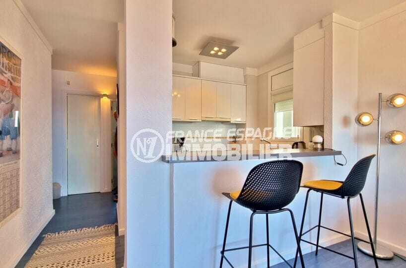appartement à vendre à rosas espagne, atico 2 chambres 48 m², hall d'entrée et cuisine ouverte