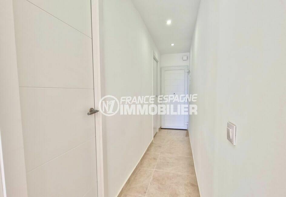appartement a vendre a rosas, 2 pièces 47 m² refait à neuf, entrée et couloir avec placards