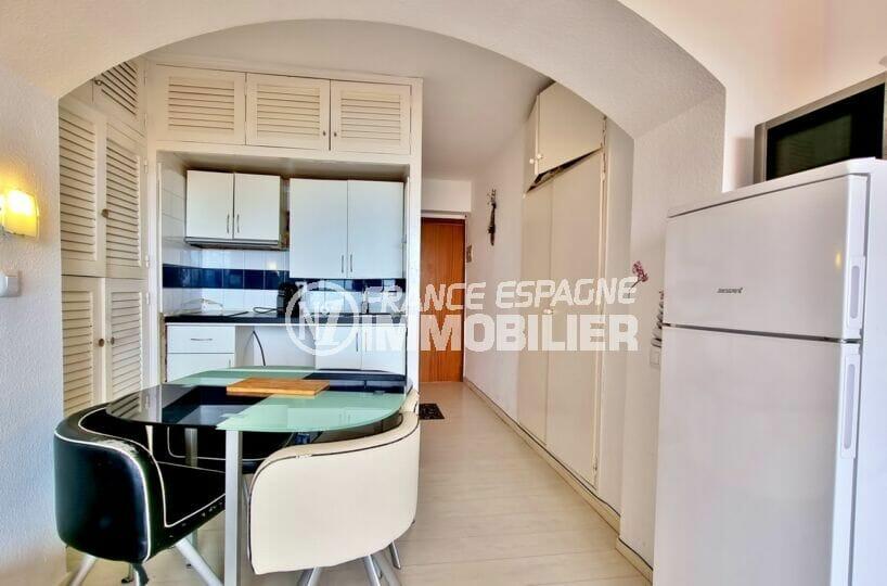 appartement à vendre à rosas espagne: studio 35 m² avec coin repas et cuisine aménagée avec nombreux rangements