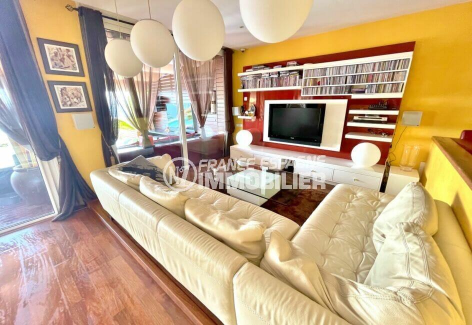 achat maison espagne costa brava, 227 m² avec salon accès terrasse, lustres modernes