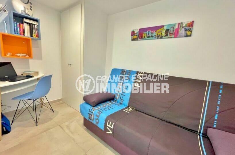 immocenter empuriabrava: appartement rénové 53 m², seconde chambre avec canapé lit et bureau