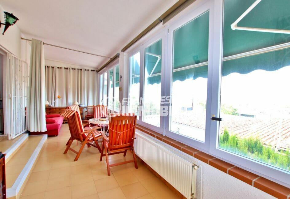 vente immobilière rosas: villa 4 chambres 135 m², véranda vue mer prolongeant la terrrasse