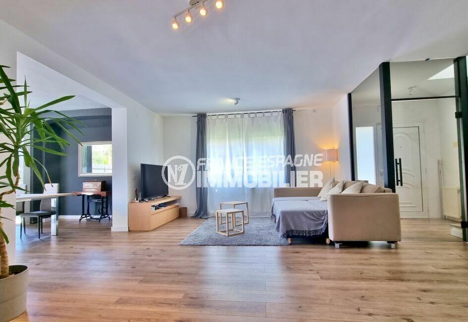 agence immo a rosas espagne: villa 200 m² 5 chambres, grand séjour avec beaux volumes