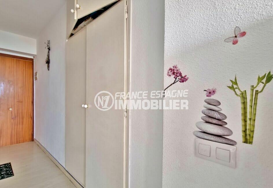 achat appartement rosas: studio 35 m², entrée aménagée avec rangements encastrés