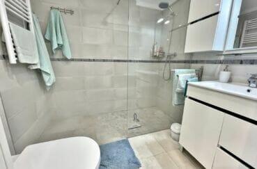 immobilier empuriabrava marina: appartement rénové 2 chambres 53 m², salle d'eau avec douche à l'italienne