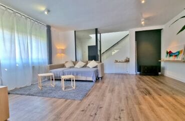 achat maison roses, 200 m² 5 chambres, salon, hall d'entrée et escalier vers l'étage