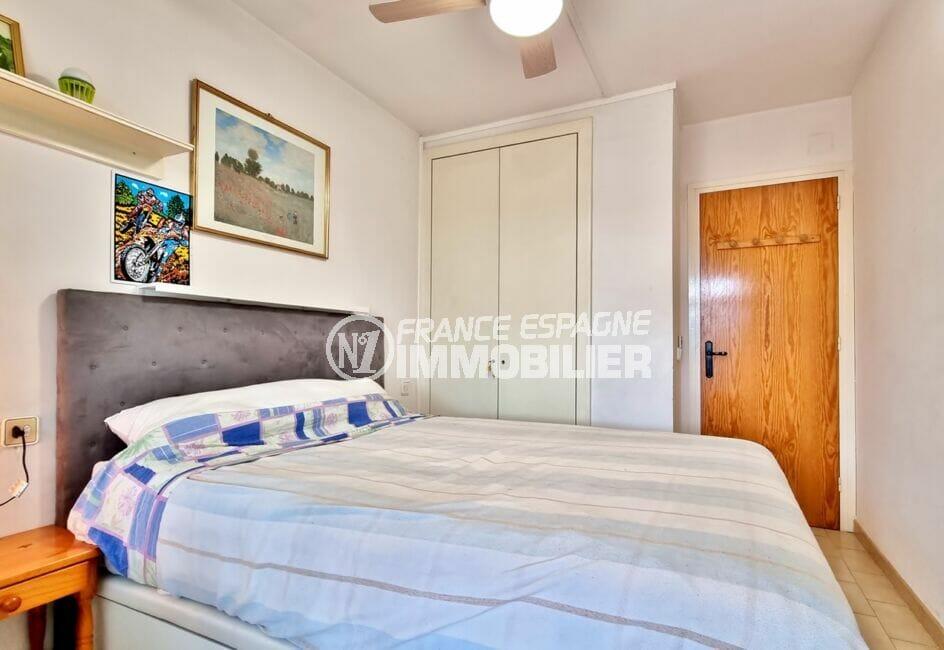 immobilier empuriabrava particulier: appartement 40 m², chambre avec armoire, lustre ventilateur