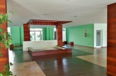 immo roses: appartement 2 pièces 53 m², hall d'entrée de la résidence standing