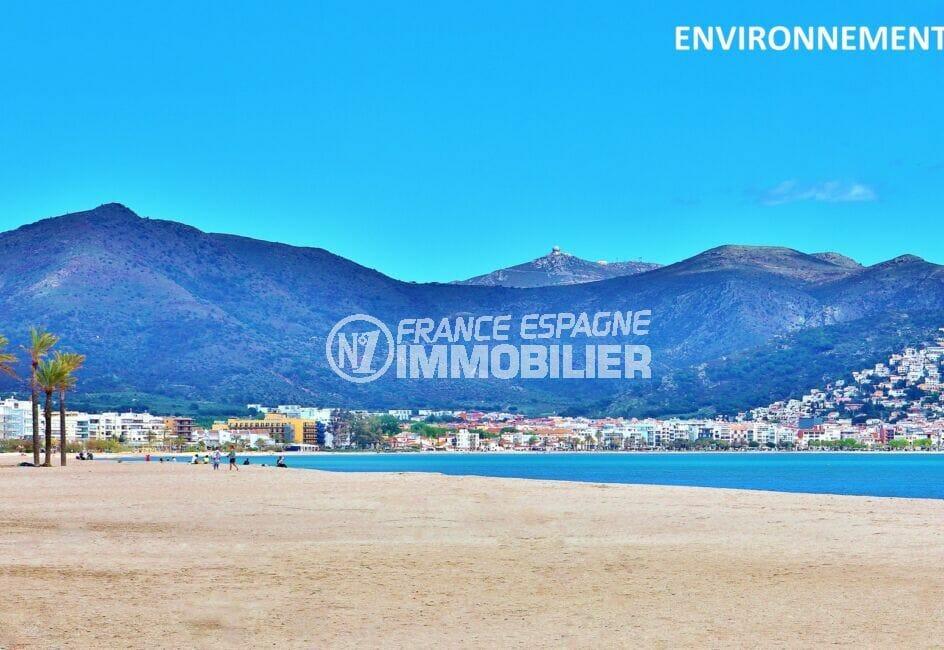 rosas : une des plus belle baie d'europe avec ses montagnes en arrière plan