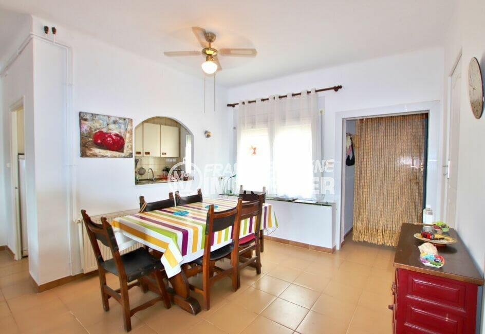 achat roses espagne: villa 4 chambres 135 m², côté salle à manger proche cuisine