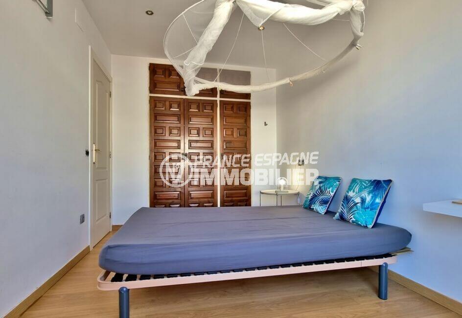 maison roses, 3 chambres 101 m², seconde chambre avec penderie intégrée